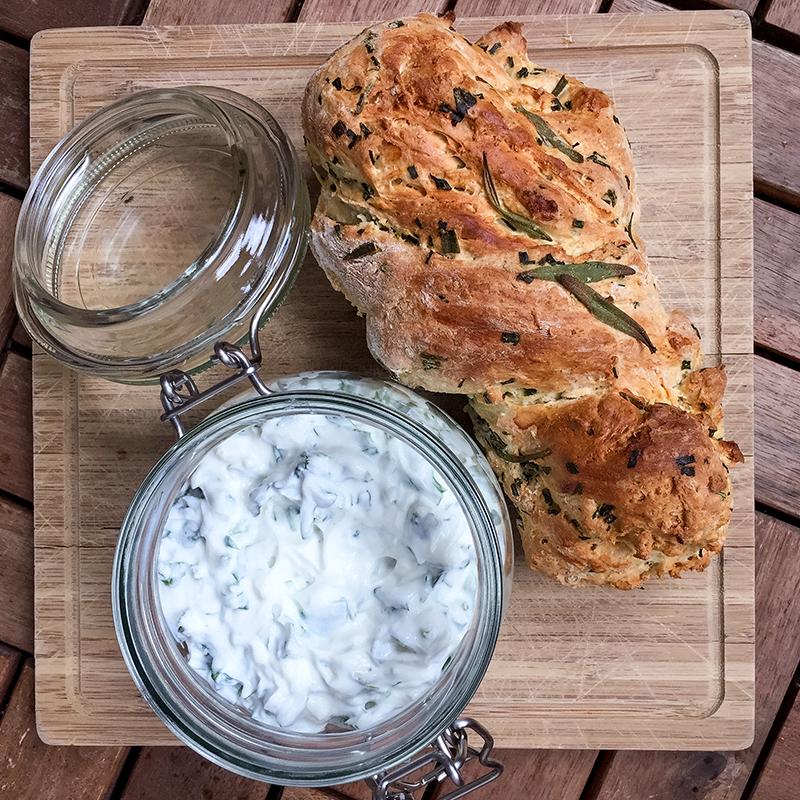 Grillsaison: Brot und Dip