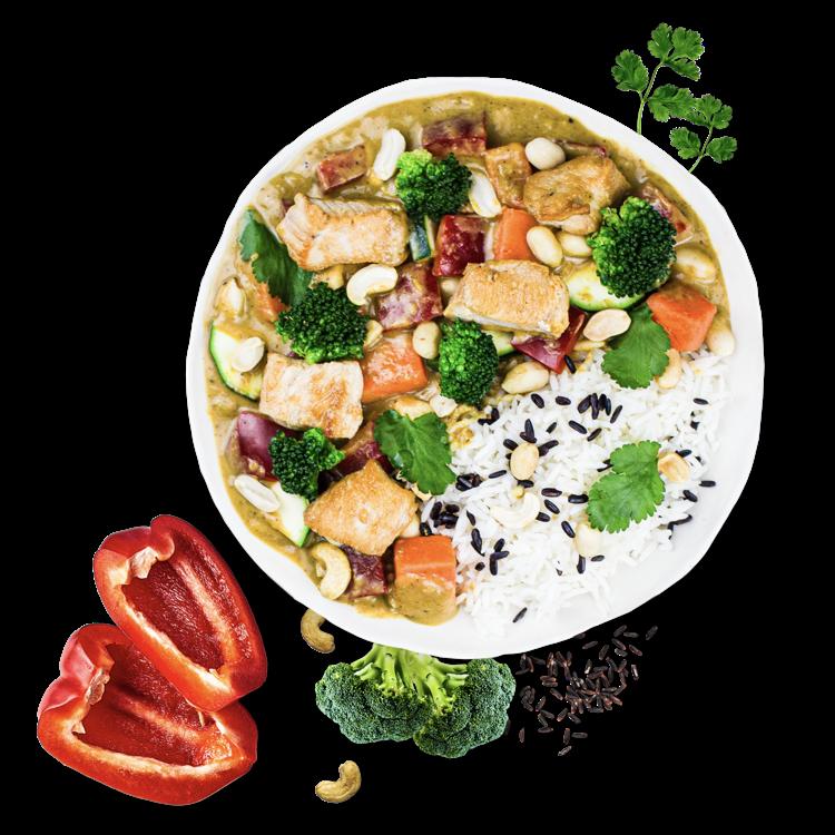Wer schon einmal in Südostasien war, kennt sicher das dort weit verbreitete Chicken Saté - einer von vielen Beweisen dafür, dass Hähnchen und Erdnusssauce ein perfect match sind. Um diese herausragende Kombination zu dir zu bringen, haben wir das Chicken Peanut Curry kreiert. Dazu köcheln wir eine <b>würzige Erdnuss-Curry-Creme</b> mit milder Kokosmilch, bis sie richtig schön cremig ist. Knoblauch, Ingwer und ein Spritzer frischer Zitronensaft verleihen unserem Chicken Peanut Curry die typische exotisch-pikante Würze. Zu der Sauce kombinieren wir <b>saftig gebratenes Chicken</b> und<b>eine große Portion Gemüse</b>: Bissfeste Süßkartoffelwürfel, zarte Brokkoliröschen, knackige Zucchinischeiben und saftige Paprikastreifen liefern dir eine Extraportion Frische. On top sorgen Erdnüsse für den Extra-Crunch und Koriander, der für <b>die perfekten Asien-Vibes</b>. Zu dem Chicken Peanut Curry gibt's eine Portion duftenden Basmati-Mix.