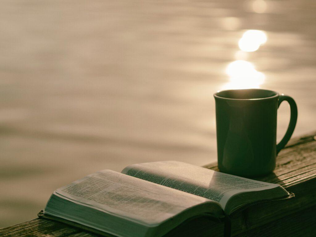Achtsamkeit kann eine Pause mit einem guten Buch und einem leckeren Kaffee sein