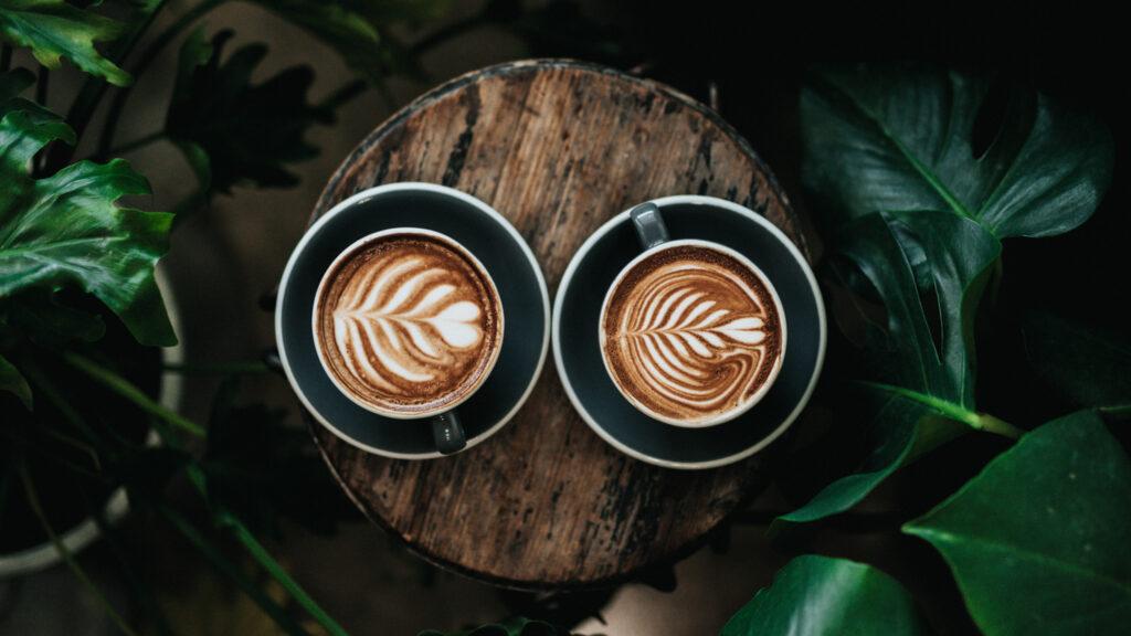 Zwei Kaffee mit schöner Latte Art