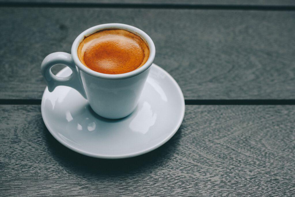 Eine Tasse mit Espresso